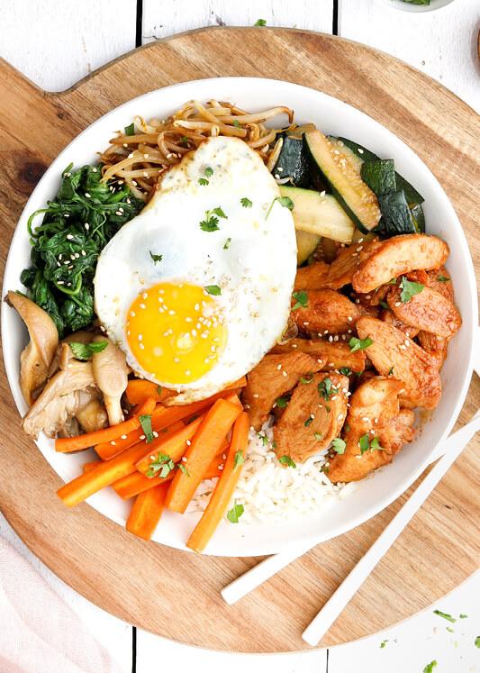 Chicken-Bibimbap mit Ei