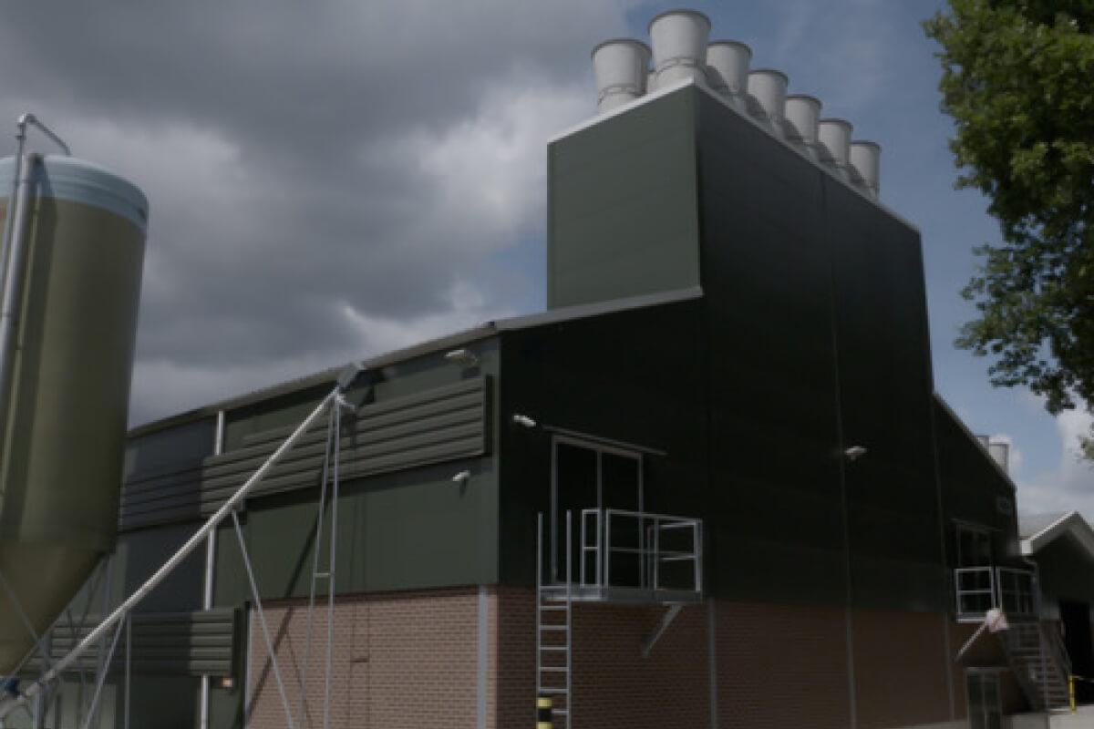 Mit einem Blockheizkraftwerk erzeugt der Vriesen-Hof Strom (5 KW) und Wärme (12 KW) für den Eigenverbrauch.